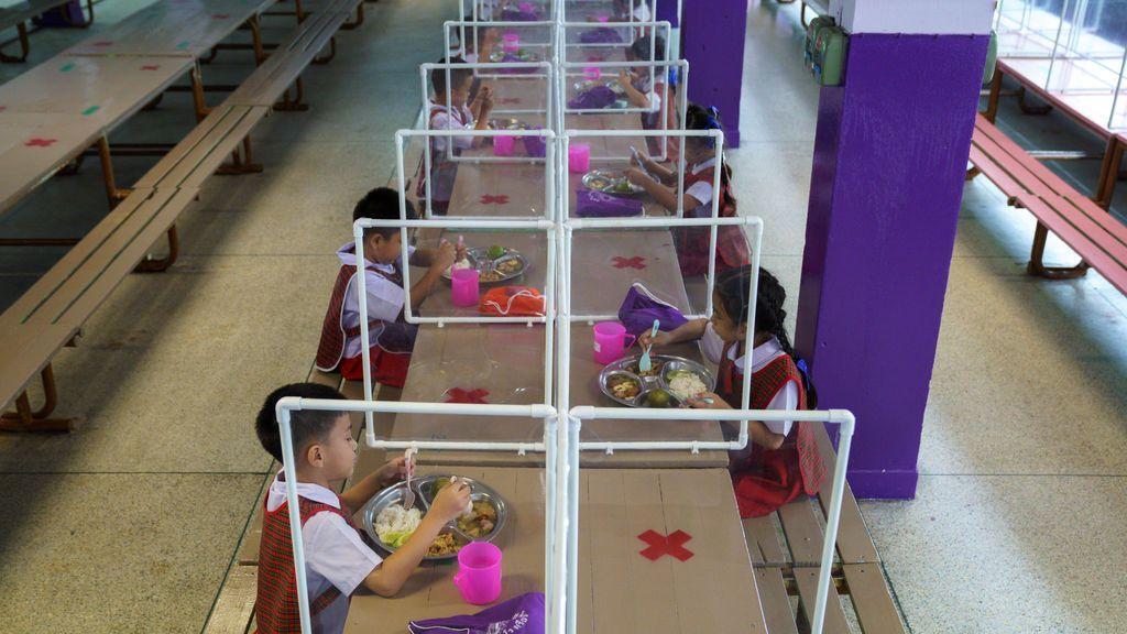 Vuelta al colegio en un cubículo de plástico: Tailandia extrema sus medidas anticovid pese a no tener casi contagios