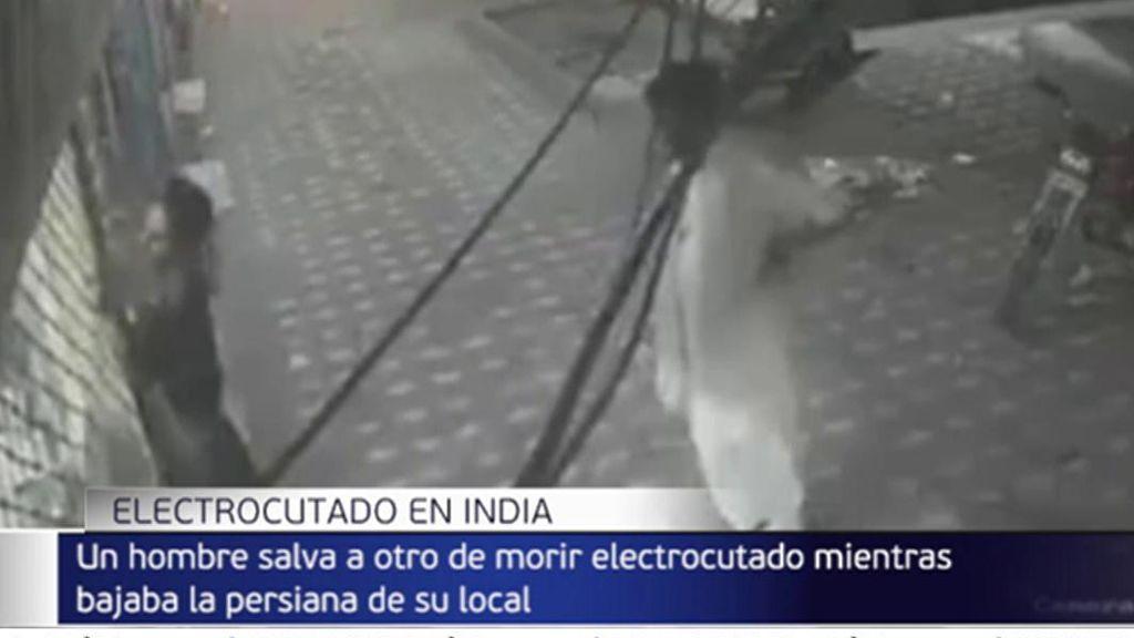 Salva a su amigo de morir electrocutado con un rápido movimiento con un pañuelo