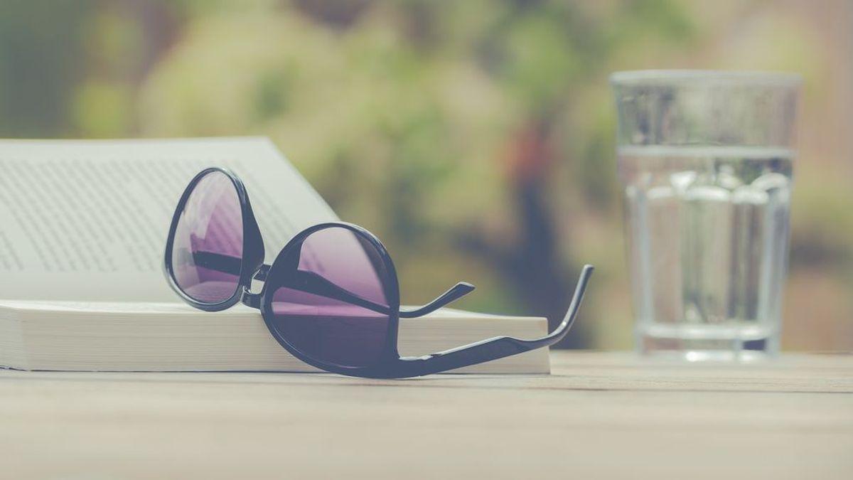 Las claves para proteger nuestra vista en verano: evitar el aire acondicionado y llevar una botella de agua a la playa