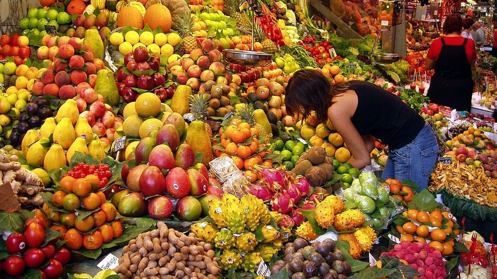 puesto de venta de fruta en un mercado