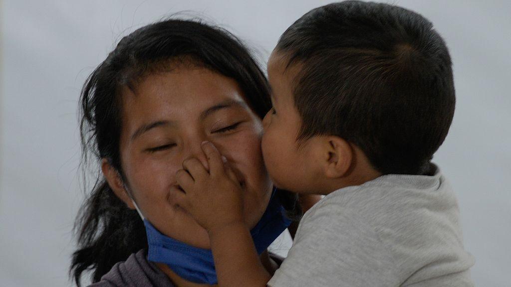 Dylan Pérez besando a su madre