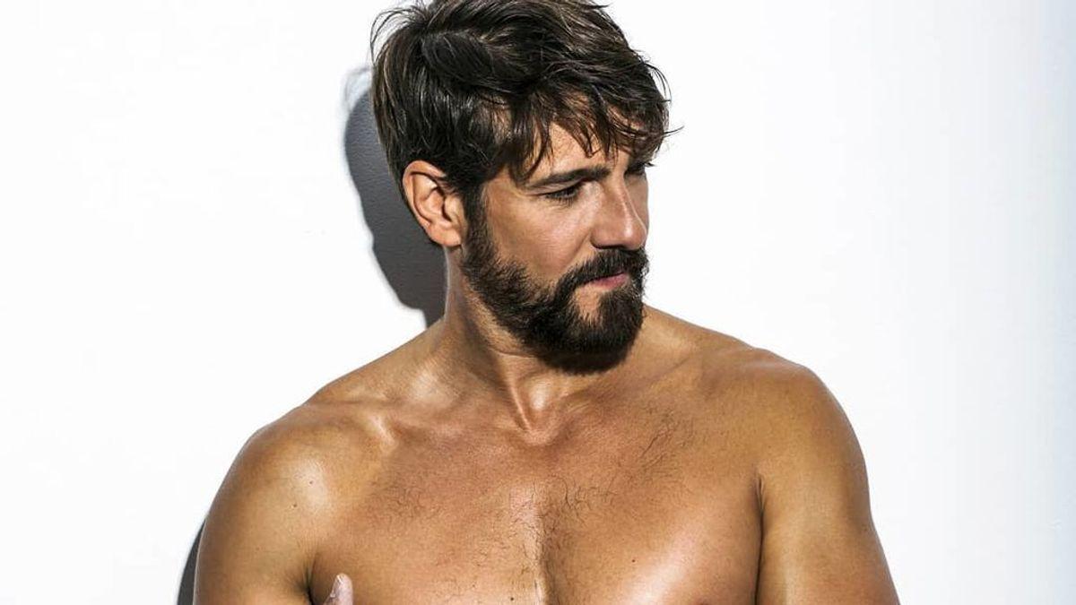 """Félix Gómez posa sin nada de ropa para reivindicar los cuerpos desnudos: """"Sensación de libertad y conexión"""""""