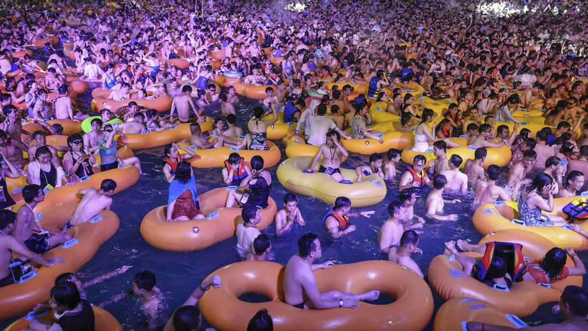 La nueva normalidad en Wuhan:  fiestas masificadas y sin mascarilla