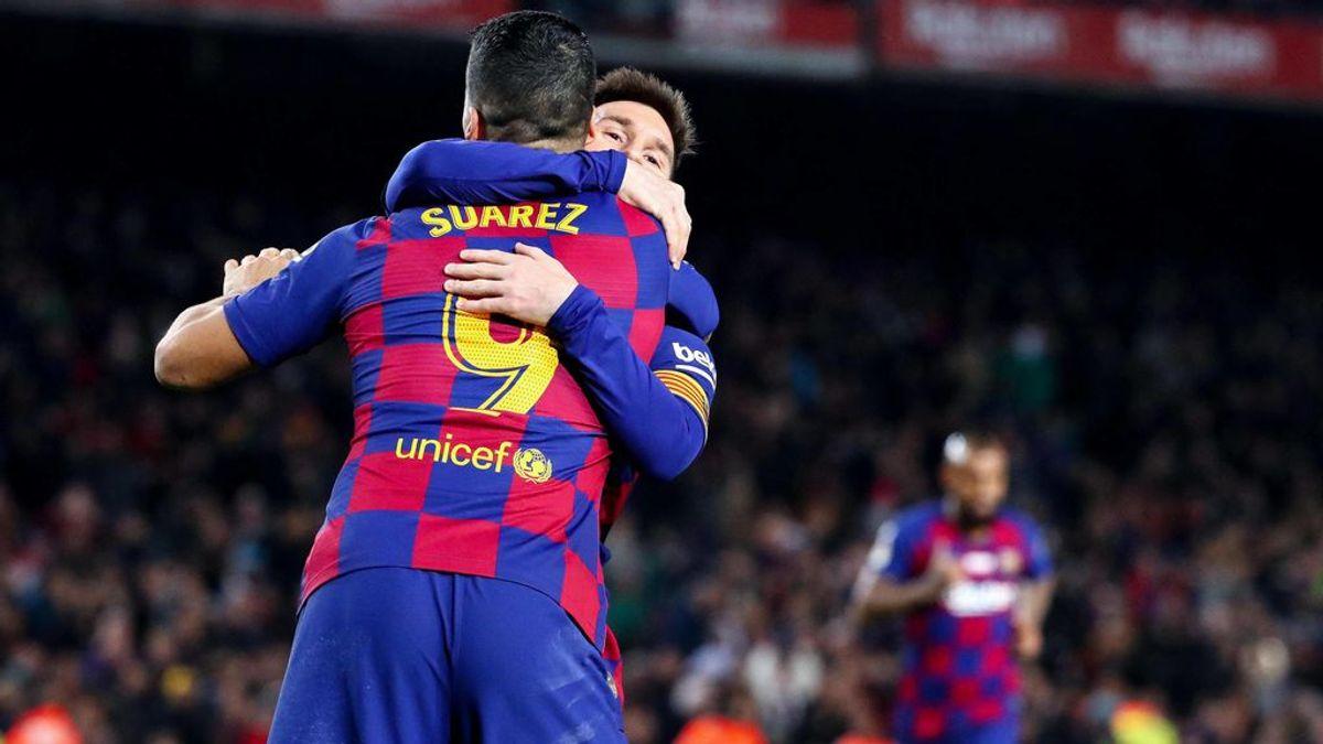 Messi abraza a Luis Suárez tras un gol en el Camp Nou.