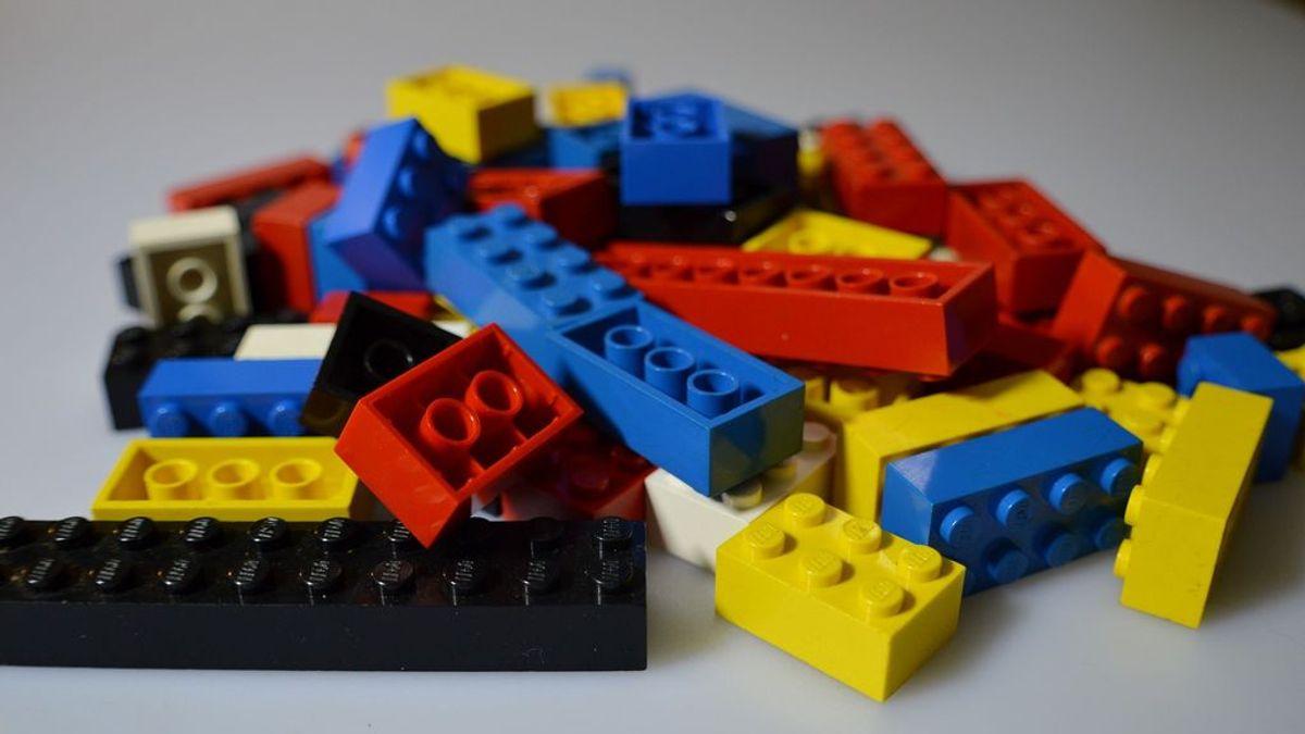Una pieza de Lego cae de la nariz de un niño después de estar atrapada durante dos años