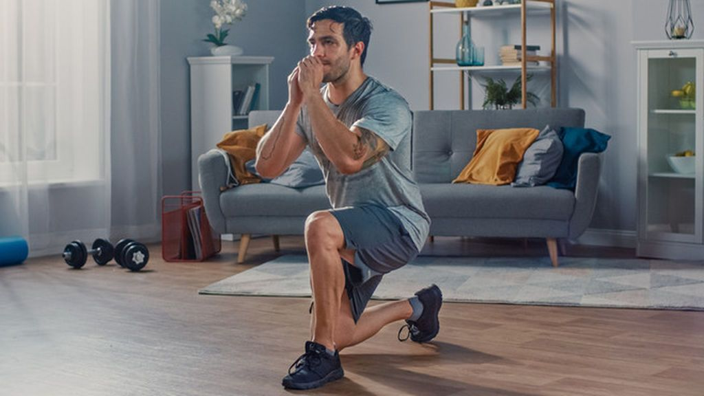 persona entrenando cuadriceps con su propio peso