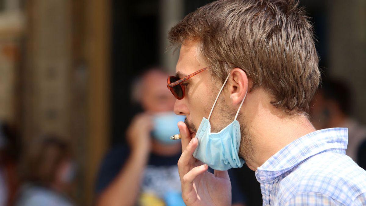 Cataluña ya prohíbe fumar en la calle y decreta el cierre de bares a la 1 de la madrugada