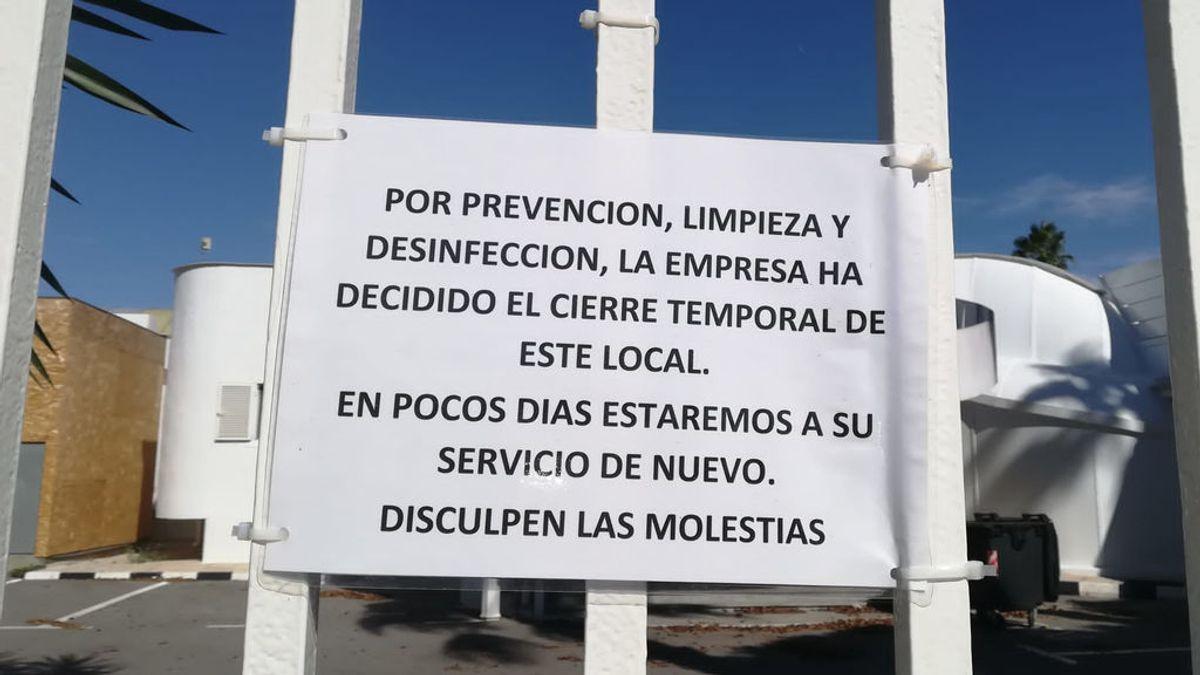Cartel a las puertas del prostíbulo Sala Pipos (Alicante) tras el cierre del mismo.