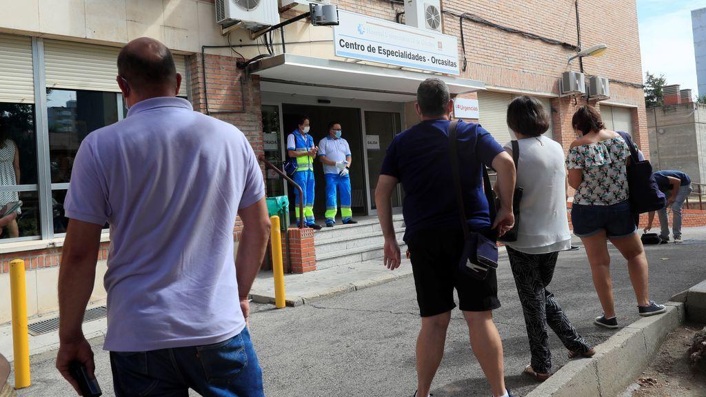 Madrid, de nuevo epicentro de la COVID, resiste a duras penas con los centros de salud saturados