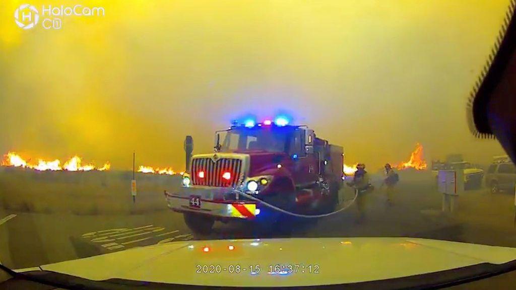 California declara el estado de emergencia por los incendios mientras continúan activos 30 fuegos