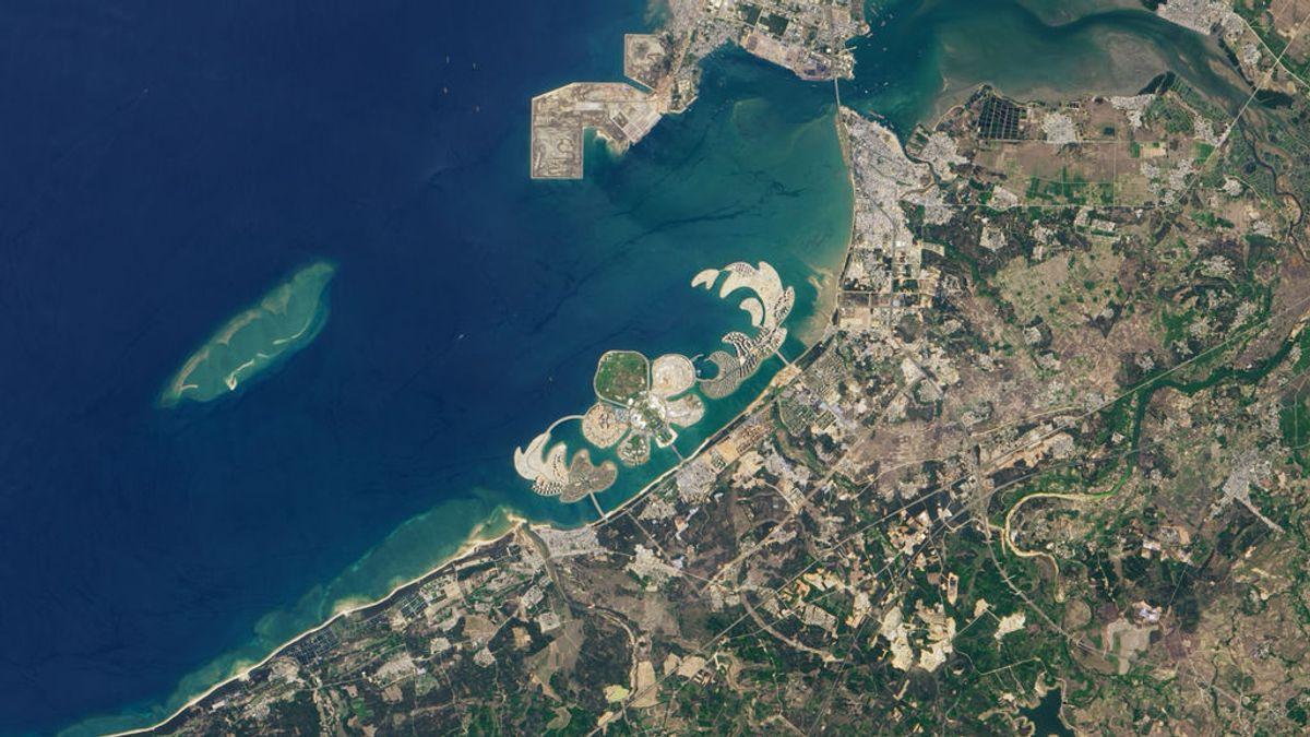 China se suma a la moda de construir islas artificiales: así se ve desde el aire su flor de la bahía