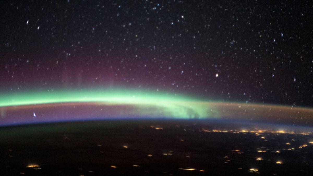 Aurora boreal y luminiscencia nocturna, a la vez desde la Estación Espacial