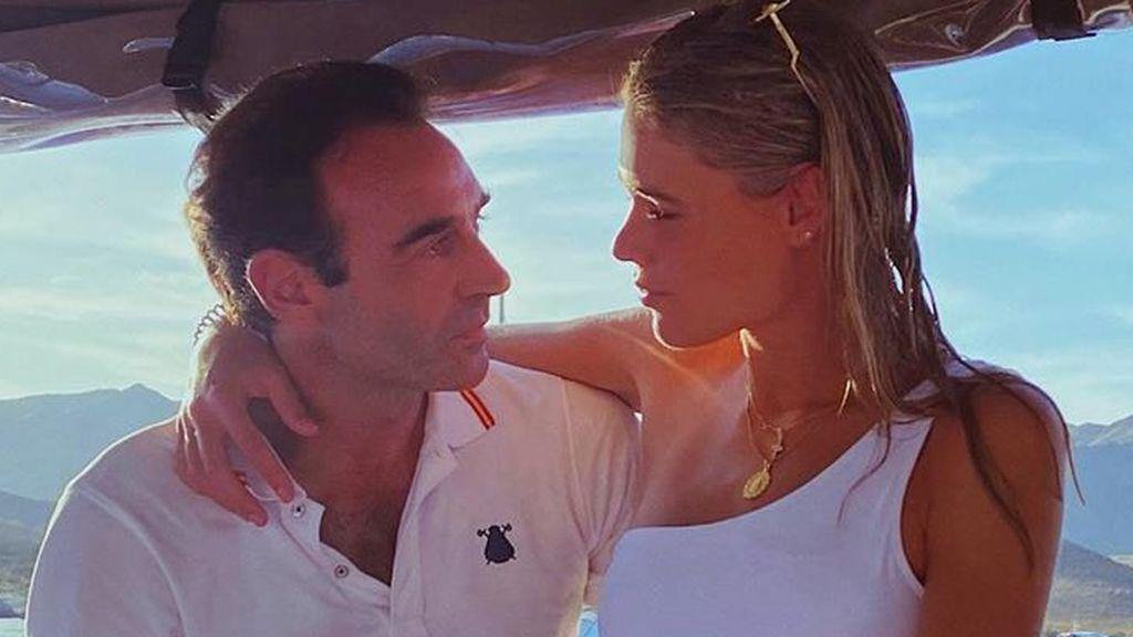 """Enrique Ponce y Ana Soria posan en bañador durante un paseo en barco: """"El mar y tú"""""""
