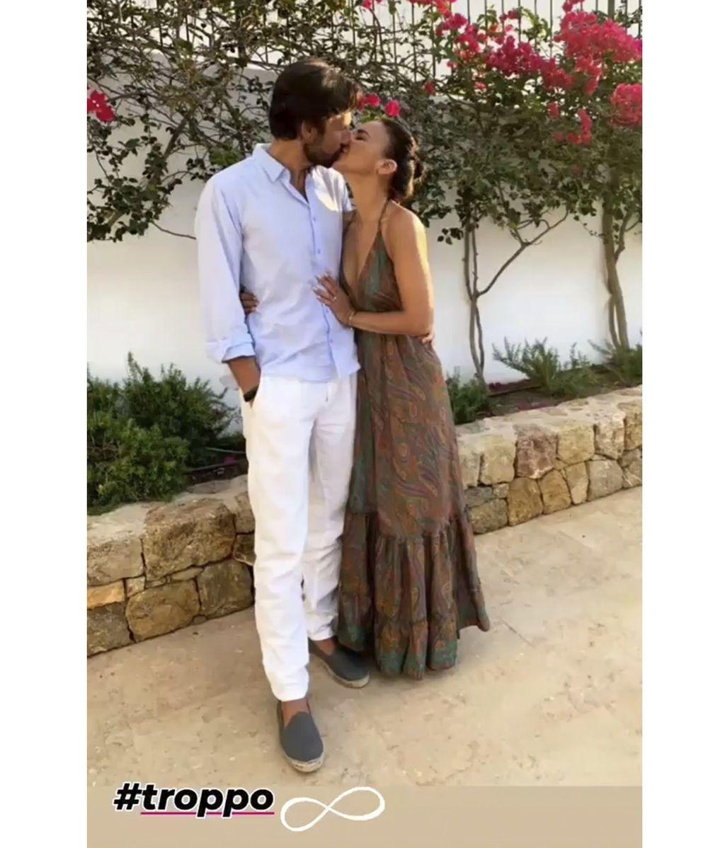 Chenoa besándose con Miguel Sánchez Encinas