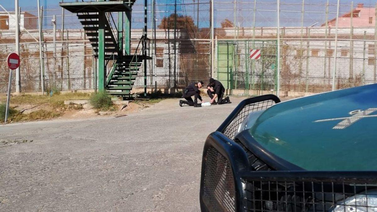 Un migrante muerto y tres heridos en un intento de saltar la valla fronteriza de Melilla
