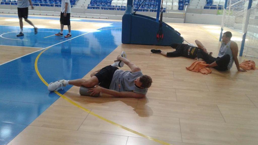estiramientos durante un entrenamiento de baloncesto