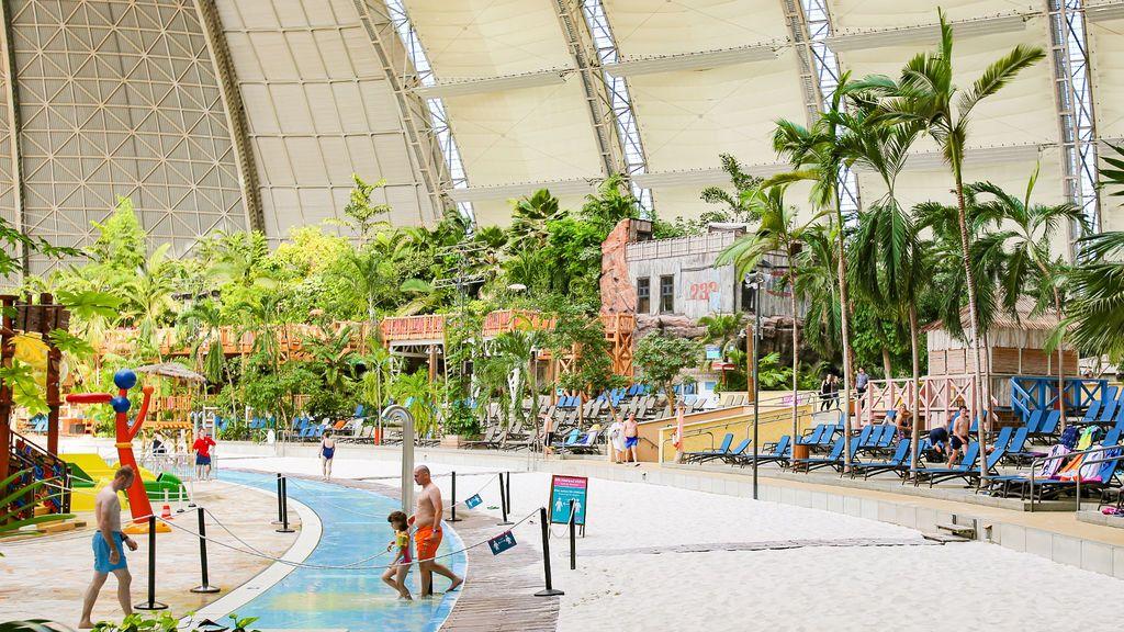 Interior del hangar de Tropical Islands.