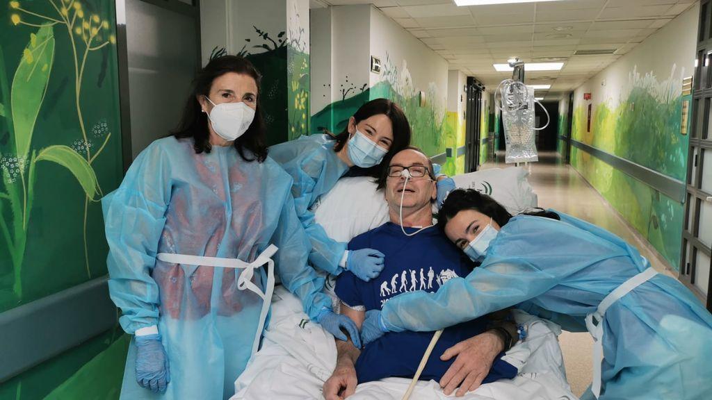 El paciente junto a su familia a la salida de la UCI
