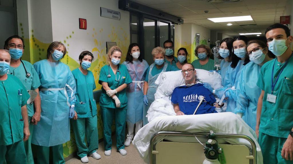 El paciente junto a profesionales de UCI y su familia