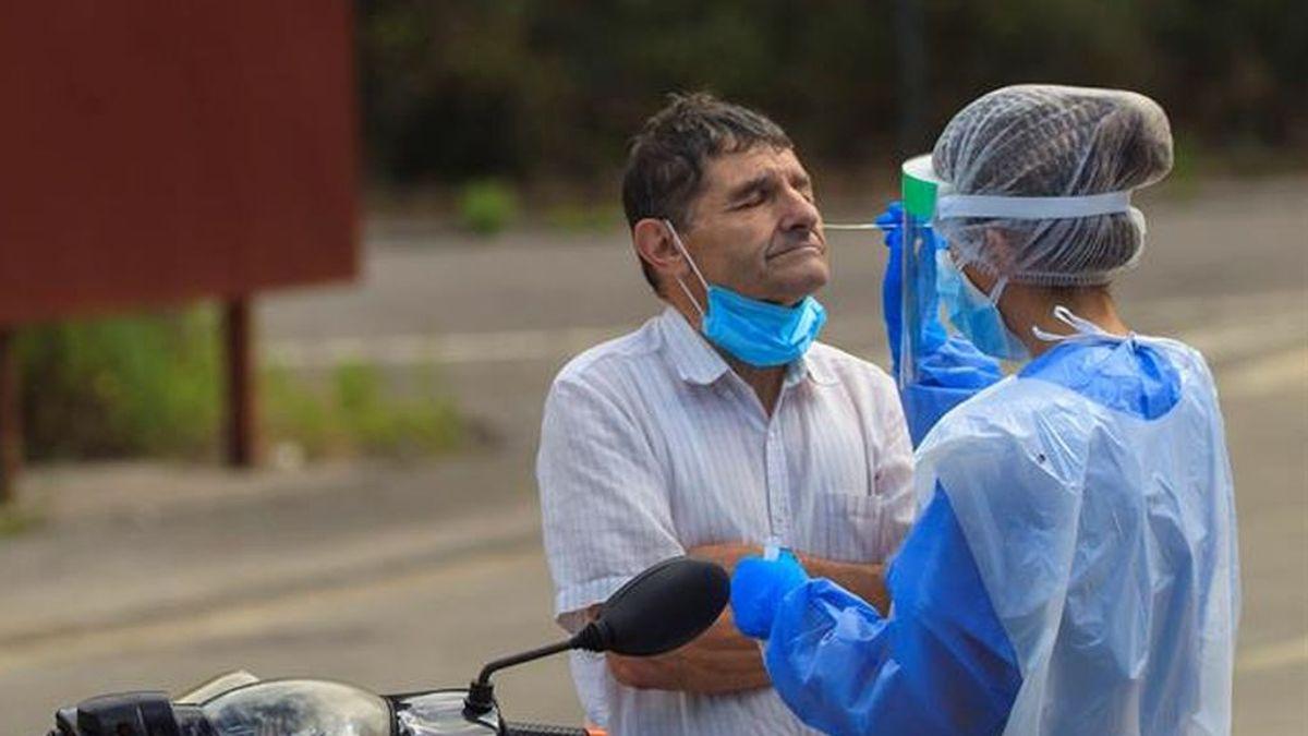 """La advertencia de los microbiólogos :  """"No se va a poder parar la pandemia solo con las PCR"""""""