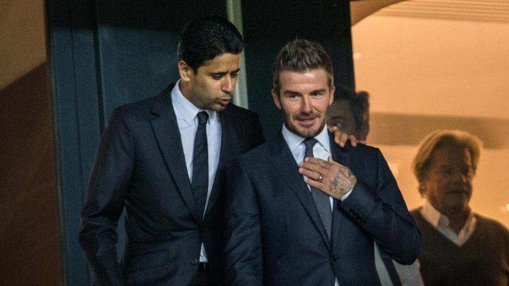 Al Khelaifi y David Beckham, charlando antes de un partido.