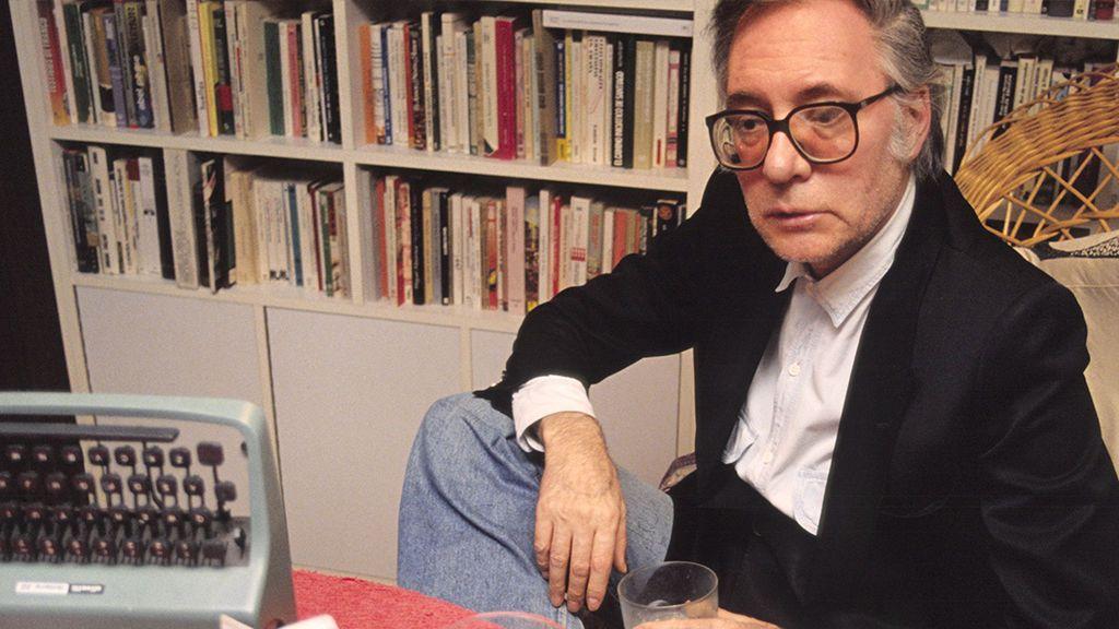 Francisco Umbral en su despacho