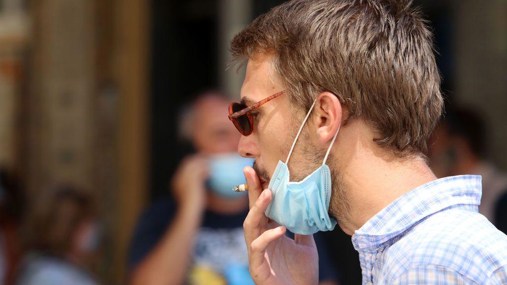 Un juez anula la orden de la Comunidad de Madrid que prohíbe fumar en la calle sin distancia de seguridad