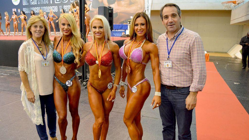 atletas de un certamen de bikini fitness