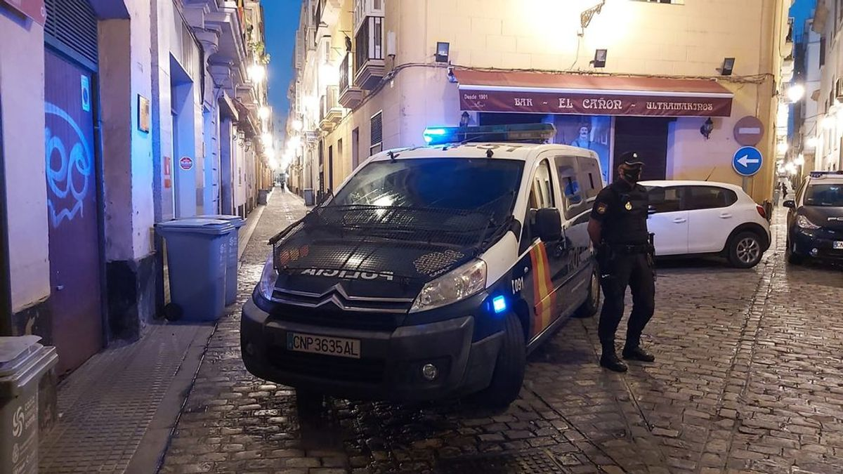 Patea la cabeza de una camarera en Cádiz por no dejarla fumar en la terraza