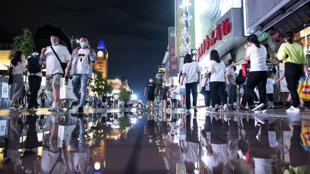 Ciudadanos chinos de compras en un distrito comercial de Pekín.