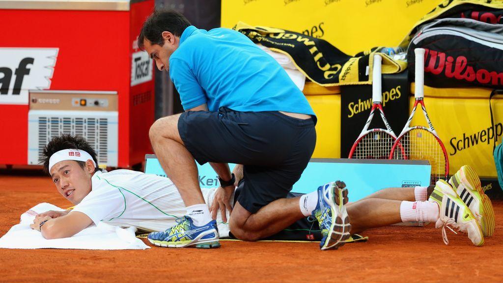 jugador de tenis siendo tratado de dolencias en la espalda