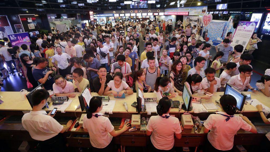 Una multitud espera su turno para comprar entradas en un cine de Wuhan