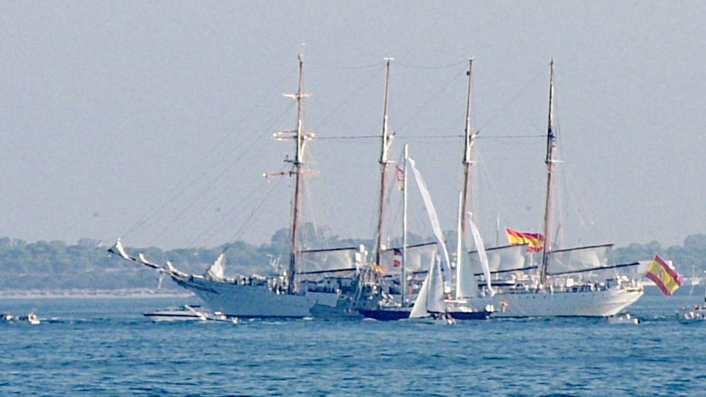El Juan Sebastián de Elcano frente al Puerto de Santa María