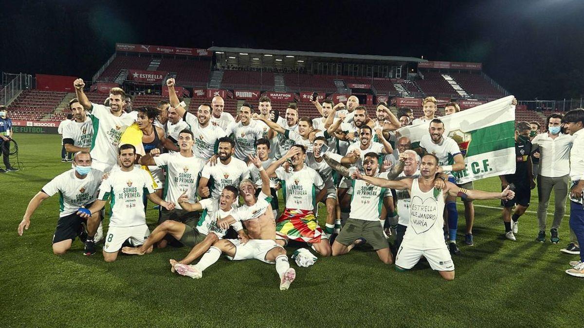 Los jugadores del Elche celebran el ascenso a Primera.