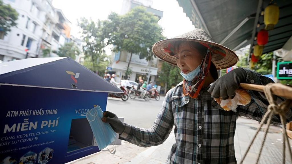 Hanoi, dispensadores de mascarillas gratis