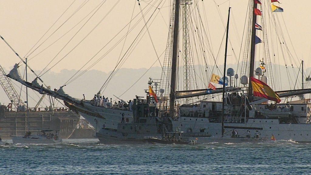 Embarcaciones deportivas alrededor del buque escuela