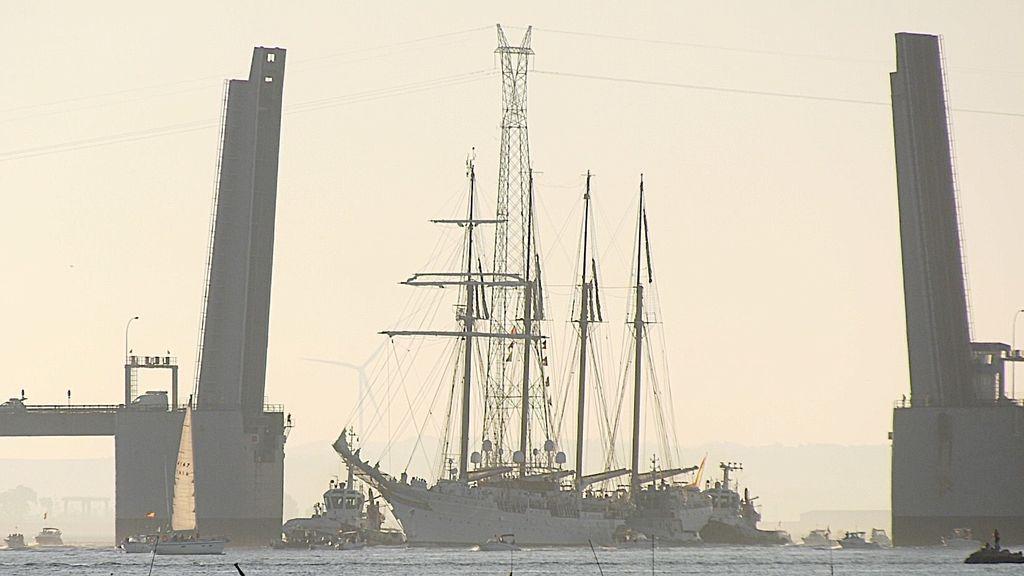 El Juan Sebastián de Elcano atravesando el puente Carranza