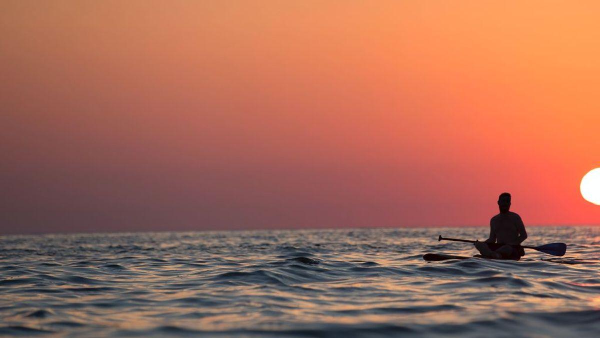 La insólita historia del hombre que cayó de un crucero y pasó 3 días sobre una tabla de surf