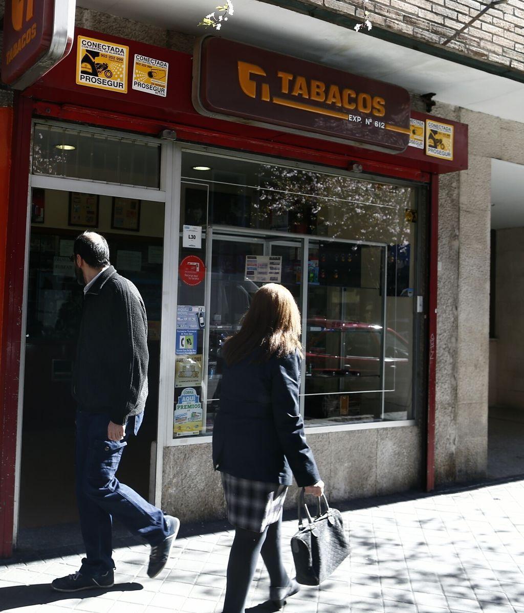 EuropaPress_2666561_estanco_estancos_cajetilla_tabaco_cigarro_fumar_consumo