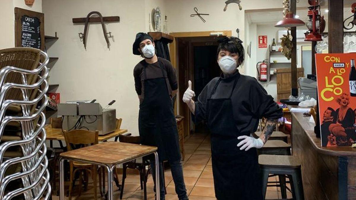 Javier, dueño del restaurante, junto a una empleada.