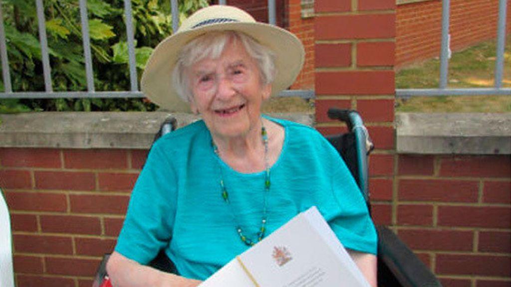 Angela Hutor, la británica de 107 años que ha sobrevivido a dos guerras mundiales, la gripe y la COVID-19