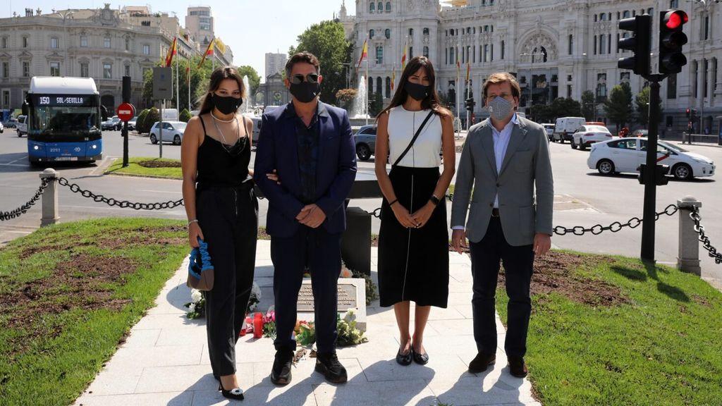 Alejandro Sanz, junto a su hija Manuela y su novia, Rachel Valdés.