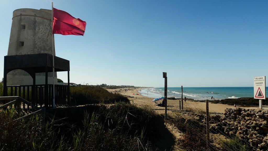 Se buscan socorristas: la playa gaditana de El Palmar cerrada al baño por un positivo en su equipo de salvamento