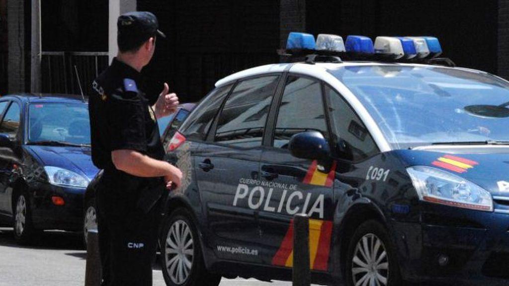 La Policía libera a un niño de 3 años atrapado por la cabeza en los barrotes de la escalera de su casa