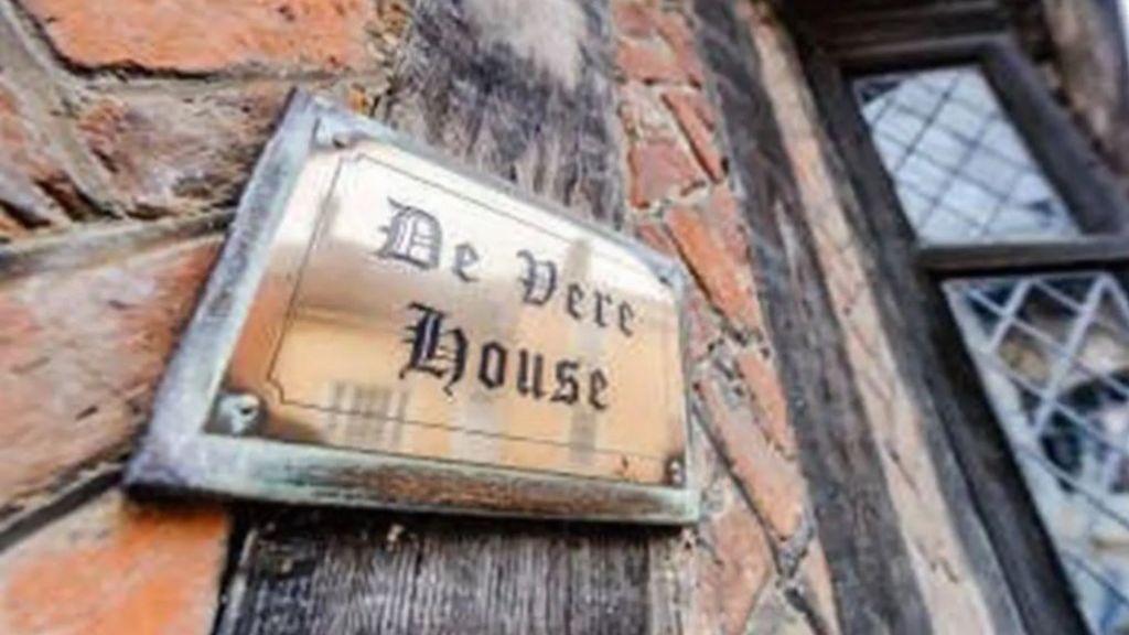 Letrero que marca la propiedad de la familia Vere, la casa en la que nació Harry Potter