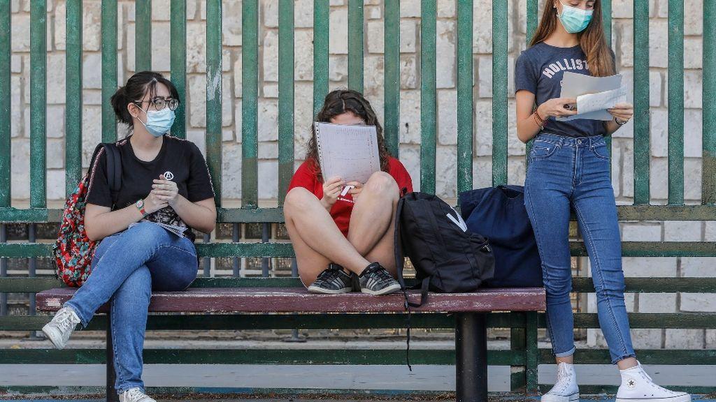 Varias jóvenes manteniendo las distancias de seguridad antes de entra a clase