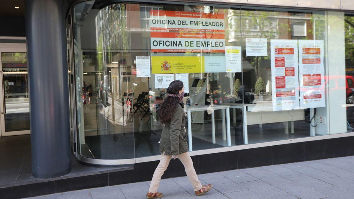 Una mujer pasa frente a una oficina de Empleo en la capital.