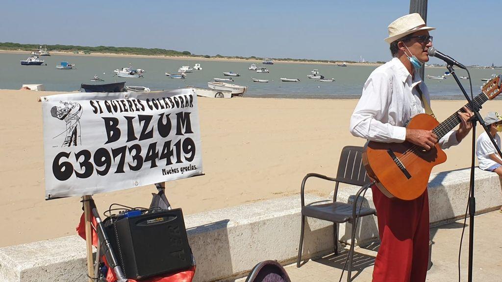 Adiós al 'no llevo suelto': Un músico callejero tira de Bizum ante la caída del efectivo