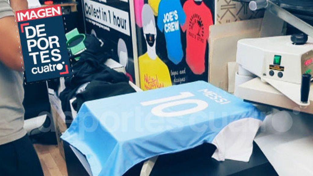 El nombre de Messi en la camiseta del City.