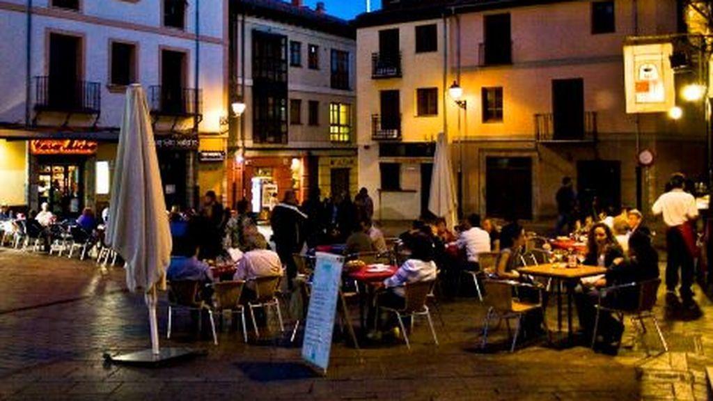 La Policía de León irrumpe en un bar donde unos 50 jóvenes celebraban una fiesta sin mascarilla ni distancia